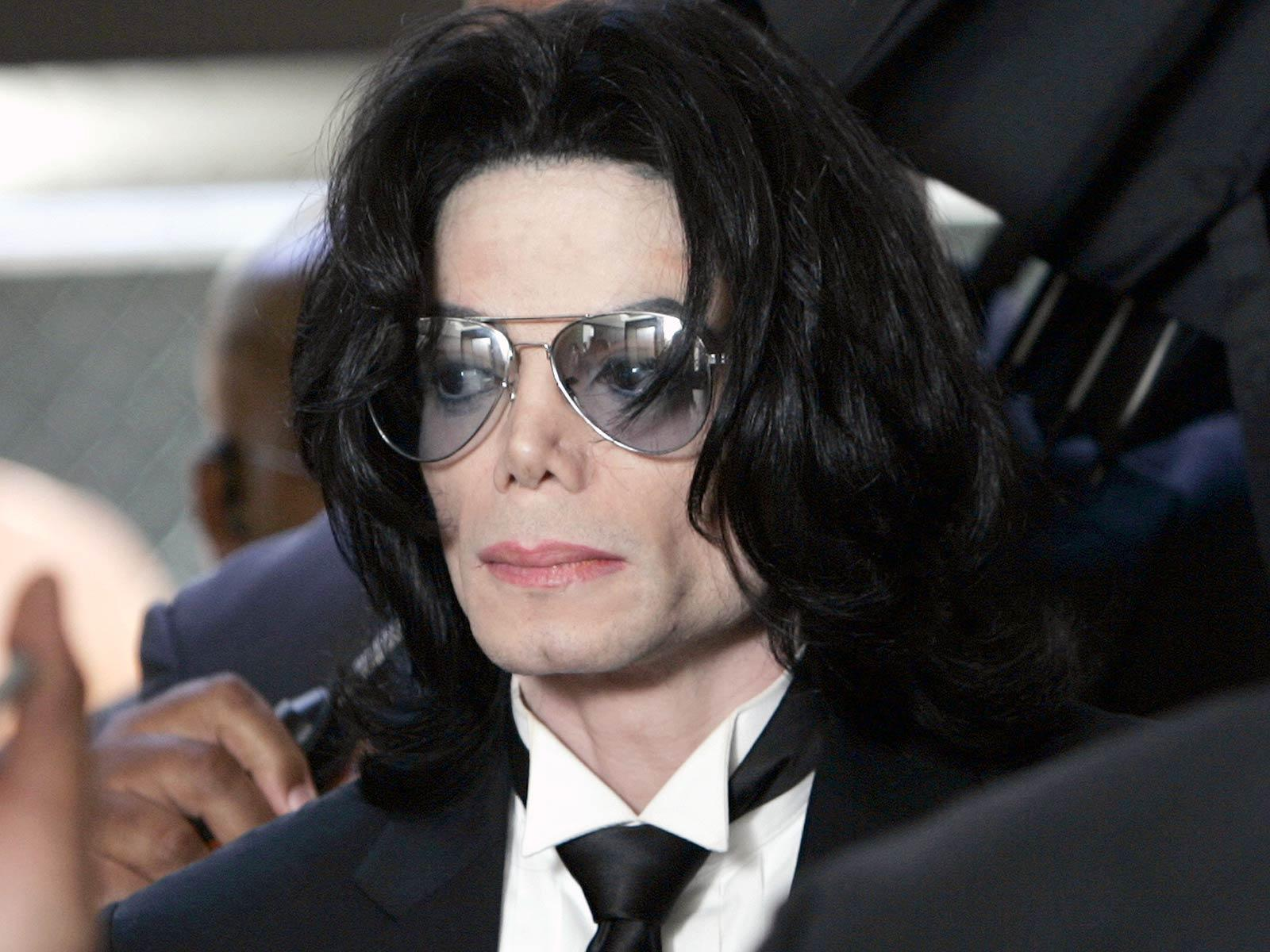 I'm writing a compare contrast essay about Micheal Jackson vs Elvis Presley...help?